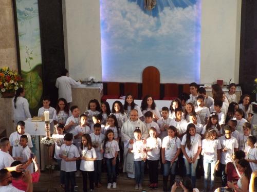 Primeira eucaristia de 47 crianças e adolescentes