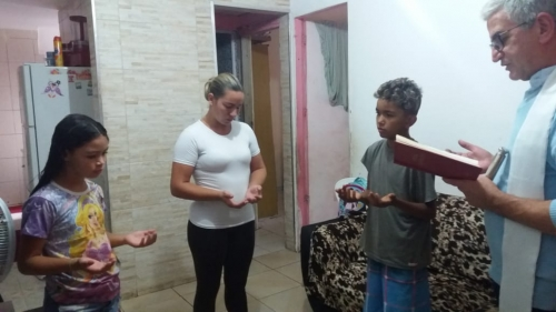Padre Maurício visitou e abençoou o apartamento dos moradores
