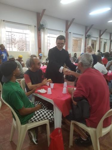 Há 21 anos, Paróquia Sant'Ana oferece café da manhã a pessoas em situação de rua