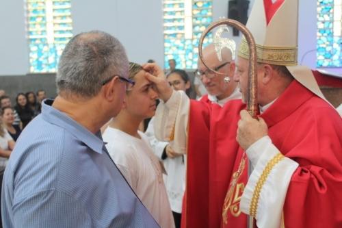 Bispo Auxiliar Dom Jorge Pierozan acolheu para a celebração da Crisma de 17 jovens e adultos