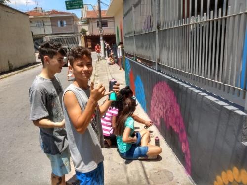 Realizou uma ação de grupo para grafitar a parede externa da Paróquia
