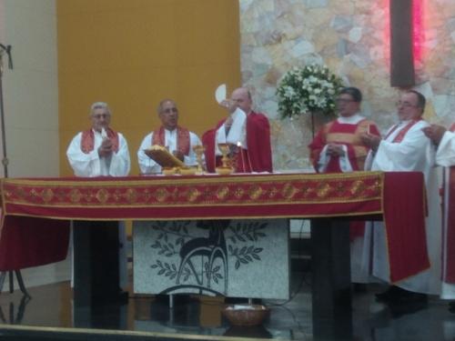 celebração do Crisma com sacramento da confirmação para cerca de 25 jovens e 20 adultos